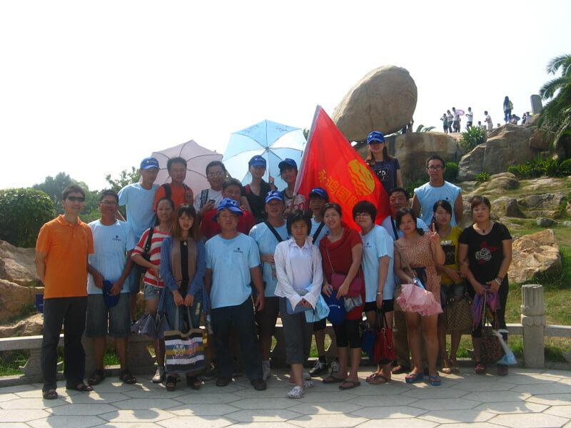 员工赴东山旅游,在国家4A级风景区风动石下的集体合照